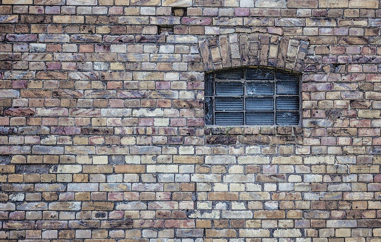 nettoyer un mur de pierre à l'extérieur